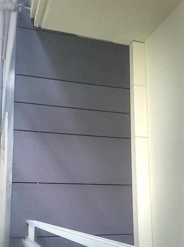 Detalle de bajante de agua en fachada