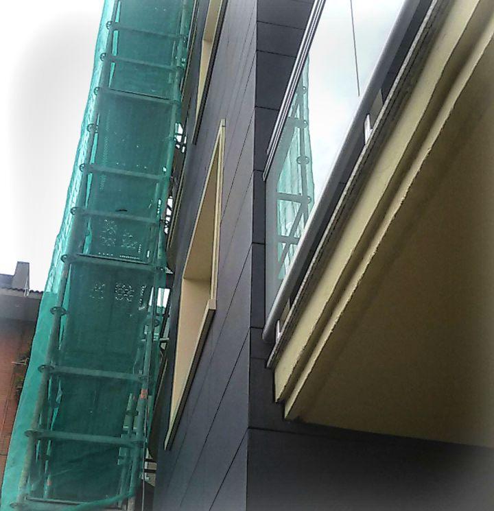 Detalle de balcones y ventanas
