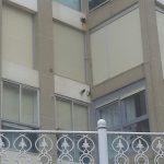 Detalle esquina con ventanas y balcones.